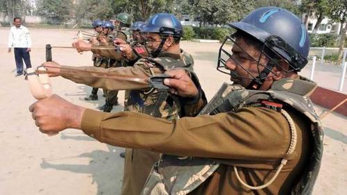 インド人の警察、スリングショットを装備01