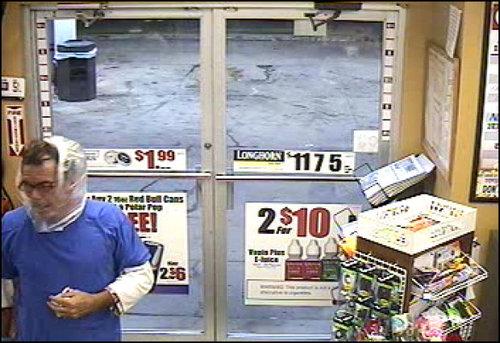 袋で顏を隠したコンビニ強盗、あっさり逮捕03