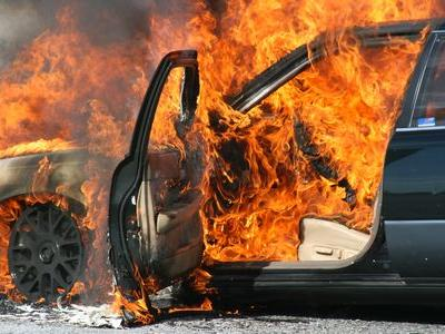 炎上する車