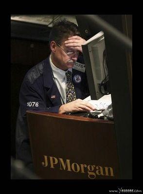 職場で嘆く男たち…金融危機の悲劇15