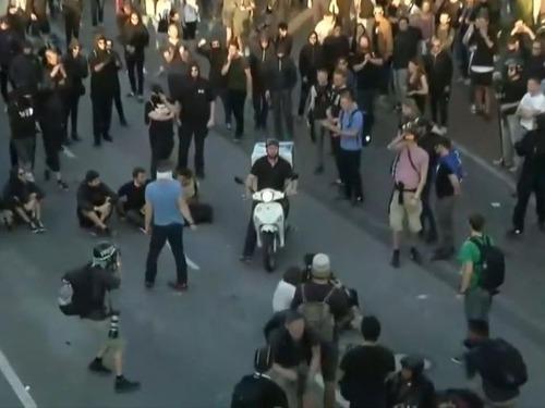 G20のデモ衝突のど真ん中にピザ配達01