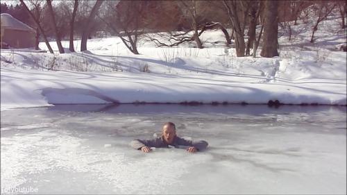 足元の氷が割れて落ちたときに這い上がる方法…04