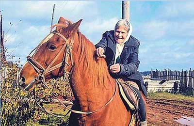 80歳のおばあちゃんが乗馬01