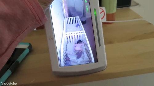 ママの声で寝たふりをする双子05