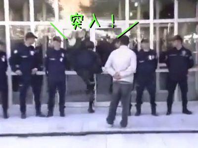 突入する警察官