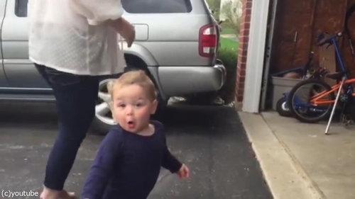 自動シャッターに興奮する赤ちゃん05