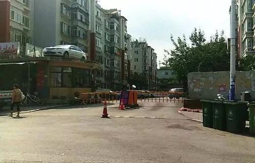 中国で違法駐車の車がクレーンで屋根の上に04