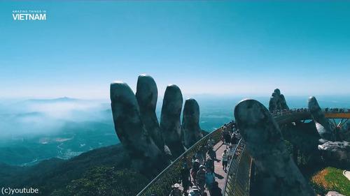 巨人の手が支えるベトナムの橋03