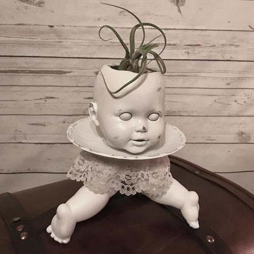 古い人形をプランターにするとホラー11