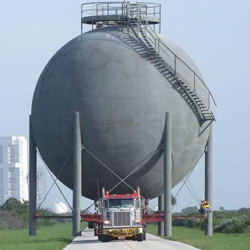 ガスタンクを車で運んでる写真02