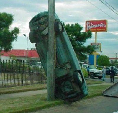 14-電柱に立てかかったクラッシュカー