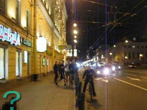 ロシアの歩道を疾走する動物とは