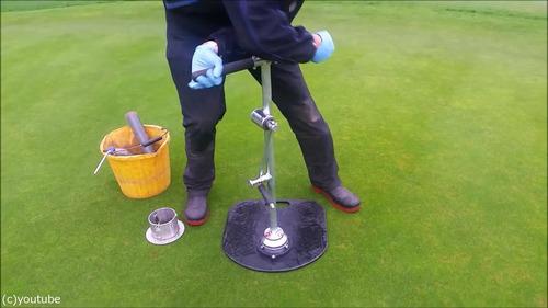 ゴルフのホールカップの位置の変え方03