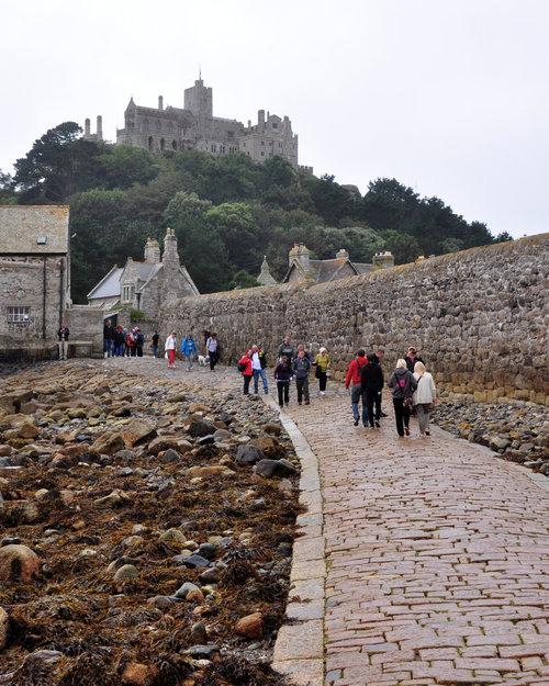 干潮時にしか歩いて行けない城のバー09
