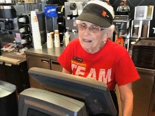 94歳おばあちゃんは現役のマクドナルド店員00
