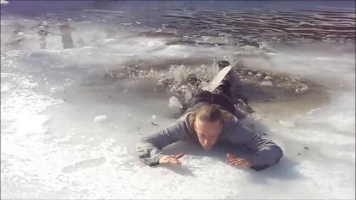 足元の氷が割れて落ちたときに這い上がる方法…12