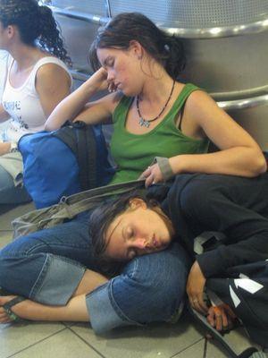 空港で眠りこける人々17