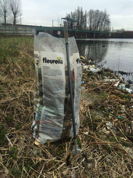 オランダの川辺をゴミ掃除04