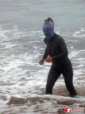 ビーチの視線を一身に浴びる斬新すぎる水着の女性05