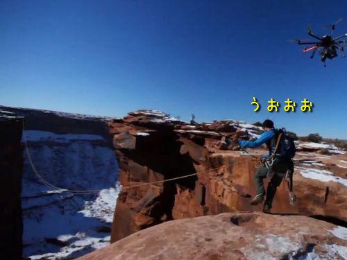 崖からロープ一本で飛び降り00
