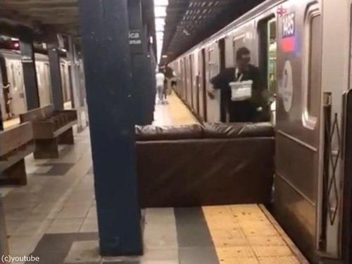 ニューヨーク地下鉄だけ…ソファの運び方03