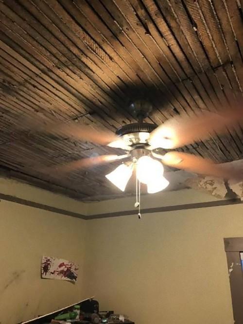 天井を突き抜けてテレビが落ちた07