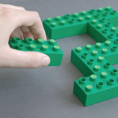 緑のレゴのくぼみにスポンジか何かを埋め、並べる-くだらない笑える面白いリサイクル22