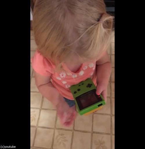 今どきの子どもがゲームボーイを初めて触ると03