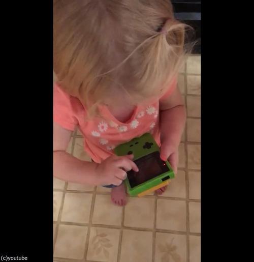 今どきの子どもがゲームボーイを初めて触ると02