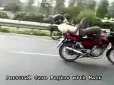 寝ながらバイクで携帯をいじる、クレイジー過ぎるインド人
