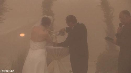 結婚式の愛の誓いのときに強烈な嵐05