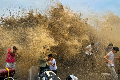 銭塘江の大波06