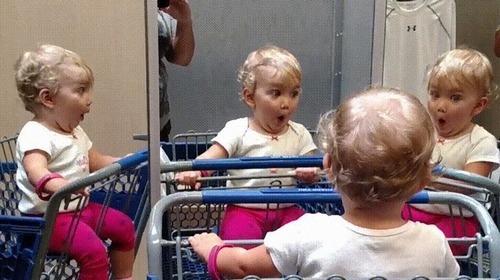 複数の鏡を見つけた赤ちゃん07