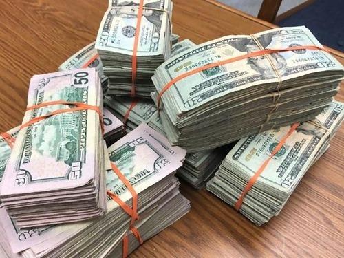 ATMに巨額の現金、19歳学生が通報00