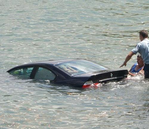 水没する女性の車を警官が助け出す01