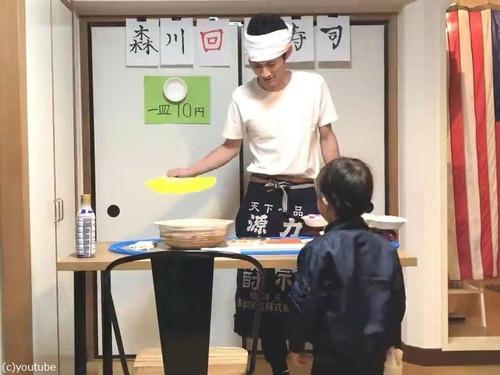 父親がプラレールの回転寿司を息子に作る00