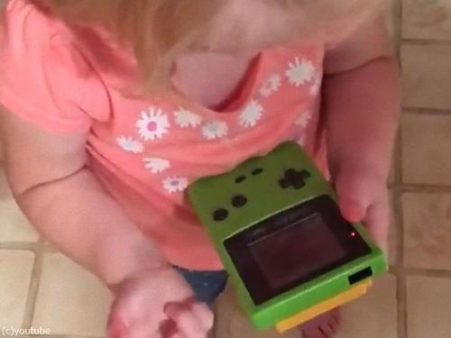 今どきの子どもがゲームボーイを初めて触ると00