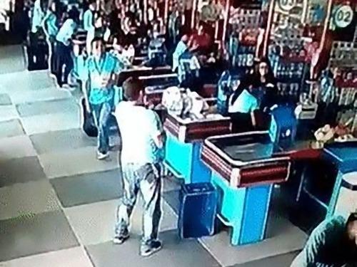 ブラジルのスーパーマーケットでリフティング04