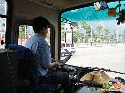 ハンドル外した中国バス運転手05