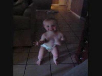 ノリノリでダンスを踊る赤ちゃん