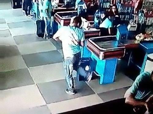 ブラジルのスーパーマーケットでリフティング03
