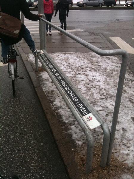自転車で信号待ちしているときにつかまるスタンド03
