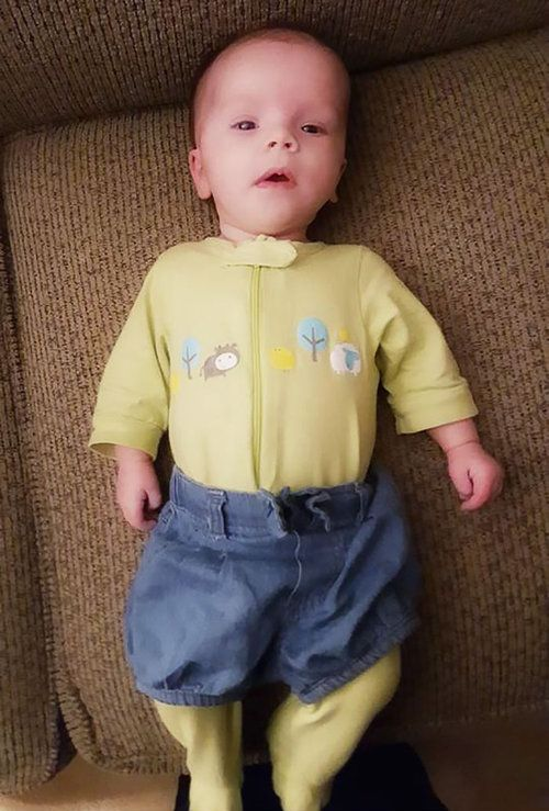 お父さんが赤ちゃんに服を着せると07