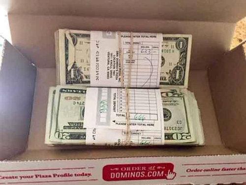 ピザを頼んだら札束が届いた01