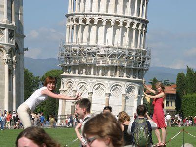 ピサの斜塔の前で記念撮影する観光客、別アングルから見るとTOP