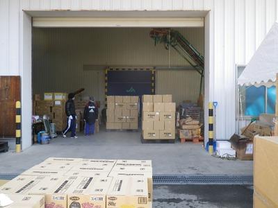 地元ボランティアと救援物資保管所