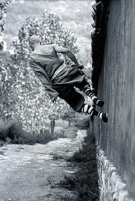 壁を走る僧