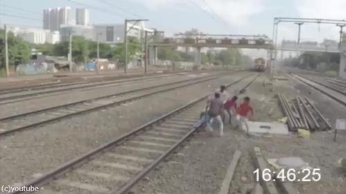 集団で線路を渡ろうとしたら…ヒヤッとする映像02
