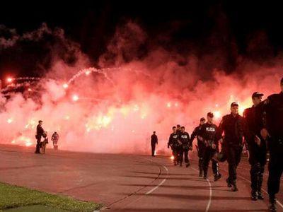 サッカー場の発煙筒06