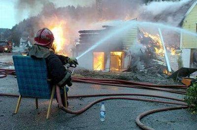 座りながら消防隊員